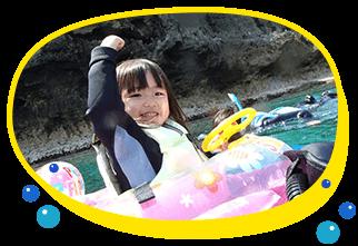 2歳、3歳、4歳、5歳の小さな子連れの家族におすすめツアー、沖縄の綺麗な海で子供と一緒にシュノーケリングで遊べちゃうはじめての海デビューでも安心して遊びに来てくださいね青の洞窟にもご案内可能