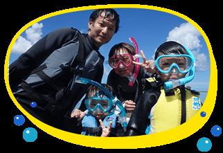 小さな子供がいる家族連れのお客様でシュノーケリングを満喫したい方、シュノーケリングの泳ぎをしっかり教えてもらいたい方に人気浅瀬のビーチでシュノーケリングの練習をしてバッチリ泳げるようになったら青の洞窟ポイントに移動してシュノーケリング