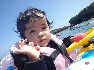浮き輪にのって2歳から楽しむシュノーケリング