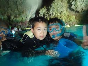 子供と一緒に青の洞窟シュノーケリング