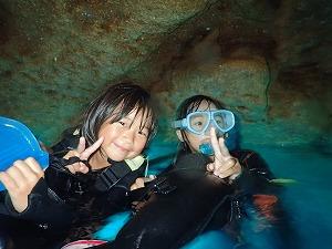 青の洞窟子供とシュノーケリング