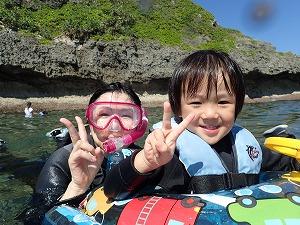 真栄田岬で子供と一緒にシュノーケリング