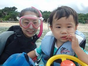 沖縄幼児とシュノーケリング