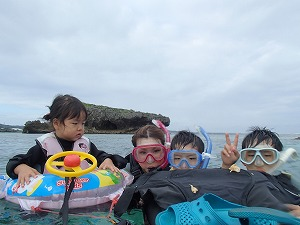 家族でシュノーケリング2歳、5歳、10歳の子供と一緒に海遊び