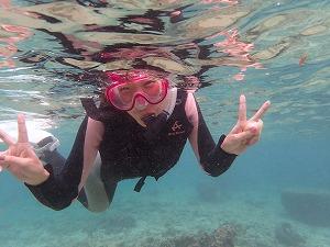 沖縄の綺麗な海でシュノーケリング写真