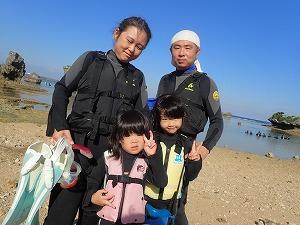 沖縄幼児の子供とシュノーケリング
