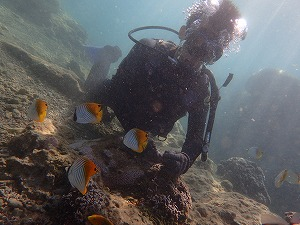 熱帯魚と一緒にダイビングの記念写真
