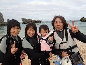 2歳の幼児と一緒に沖縄でシュノーケリング
