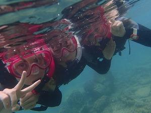 家族でシュノーケリング水中写真