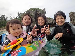 沖縄でシュノーケリング三世代家族