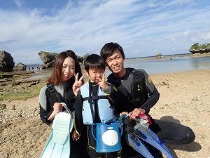 シュノーケリング沖縄4歳の子連れファミリーと一緒に海遊び