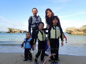 沖縄子連れ家族とシュノーケリング