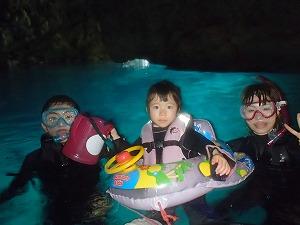青の洞窟シュノーケリング水面家族写真