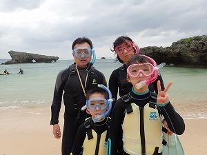 8歳、11歳の子供と沖縄でシュノーケリング 冬でも水中は暖か快適
