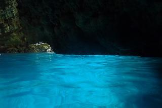 ファンダイビングで青の洞窟 神秘的な海水面