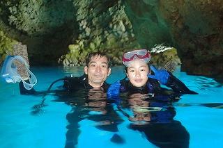 青の洞窟ファンダイビング 水面で記念撮影