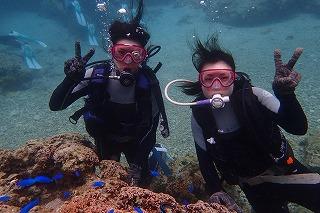 沖縄女子旅ダイビング水中