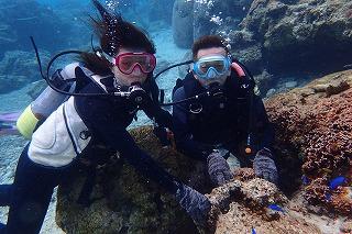 熱帯魚と一緒にダイビングの記念撮影
