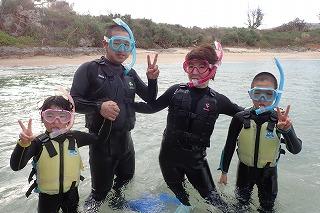 沖縄でシュノーケリング家族で楽しむ