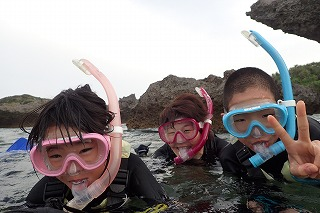 子供と一緒に沖縄の綺麗な海でシュノーケリング