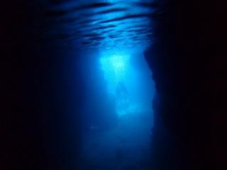 青の洞窟シュノーケリング 洞窟の奥まで青く光る