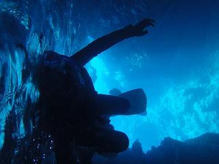 青の洞窟内でシュノーケリング