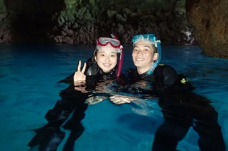 カップルで青の洞窟内撮影