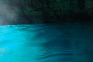青の洞窟水面