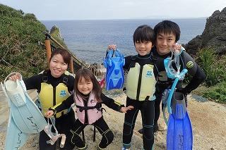 子連れ家族と青の洞窟ぷかぷかシュノーケリング