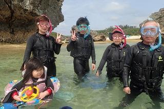 沖縄2歳の子供と60歳以上のお年寄りとシュノーケリング