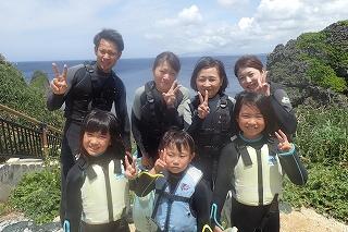 沖縄3世代家族と青の洞窟シュノーケリング