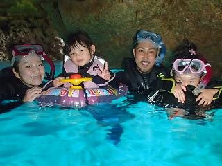 2歳、4歳の子供と一緒に青の洞窟シュノーケリング