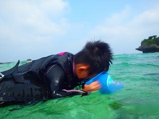 シュノーケリング4歳箱めがねで水中観察