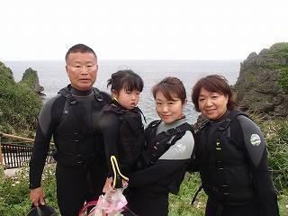 幼児の子供連れ3世代家族と青の洞窟シュノーケリング