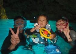 子供と青の洞窟シュノーケリング