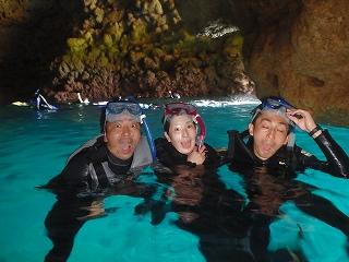 青の洞窟三人で記念写真