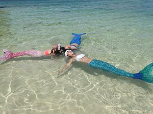 水面に浮きながら写真撮影