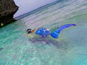 マーメイドスイムスーツを着て泳ぎにチャレンジ