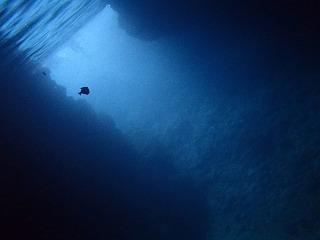 シュノーケリングで青の洞窟 洞窟の奥から見た青