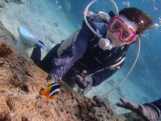 沖縄ダイビング クマノミと2ショット