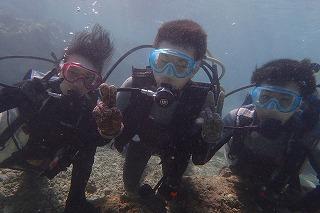 沖縄ダイビング 3人ならんで