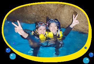 沖縄ダイビングの口コミ、ランキングでも人気ポイント青の洞窟にお手軽に行けるシュノーケリング、水面がブルーに光り輝く空間に癒されちゃってねウエットスーツ、ライフジャケットを着れば絶対浮くので安心して楽しんでくださいね