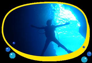 沖縄で人気No1のダイビングスポット青の洞窟で体験ダイビング泳げなくても、初心者の方でも安心1グループ事の案内なので専属インストラクターが全てサポート、洞窟の神秘の水中ブルーに癒されて思いで作り