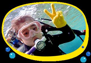 8歳、9歳の海好きな子供と一緒に青の洞窟シュノーケリングと体験ダイビングが楽しめる、シュノーケリングで先に海に慣れておけば小さな子供でもダイビングが体験できちゃう、貸切案内でお子様をバッチリサポートいたします。