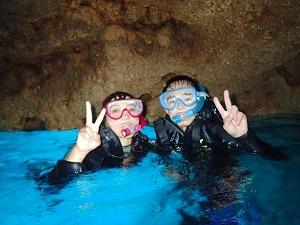 お父さんお母さんとシュノーケリング青の洞窟