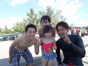 沖縄シュノーケリング終わりにスタッフと写真