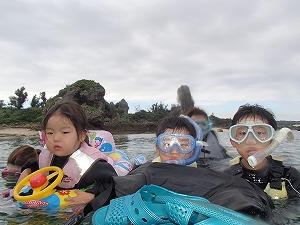 沖縄シュノーケリング2歳、5歳、10歳の子供と一緒に海遊び