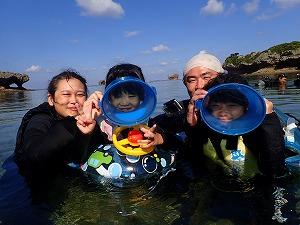 沖縄シュノーケリング幼児の子供と一緒にお魚観察