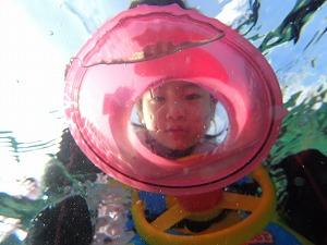 子供シュノーケリング水中写真
