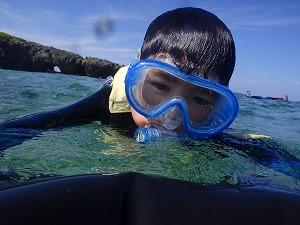 綺麗な海で子供とシュノーケリング